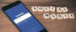 Facebook Smartphone Handy Symbolbild
