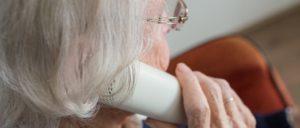 Frau Telefon Senior Symbolbild